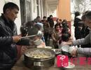 Nhớ ơn thầy cô giáo cũ, hiệu trưởng 45 tuổi nấu ăn cho học trò mỗi ngày