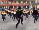 Trung Quốc: Thầy hiệu trưởng hướng dẫn toàn trường tập nhảy mỗi ngày giờ thế nào?