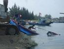 Sóng lớn đánh chìm 2 tàu cá