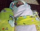 Bé gái sơ sinh bụ bẫm bị bỏ trong túi nilon nằm bên vệ đường