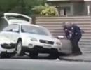 Khoảnh khắc cảnh sát New Zealand bắt sống nghi phạm xả súng điên cuồng ở nhà thờ