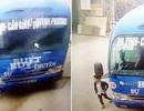Cú bẻ lái kịp thời giúp bé trai thoát chết trong tích tắc