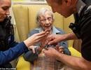 """Bà cụ 104 tuổi thỏa ước nguyện được một lần... """"bị bắt"""" trong đời"""
