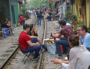 """Quán cà phê """"thách thức tử thần"""", đông nghẹt khách du lịch ở Hà Nội"""