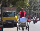 TP HCM: Nóng gay gắt, người lao động phơi mình dưới nắng mưu sinh