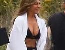 Jennifer Aniston lấp ló ngực đầy