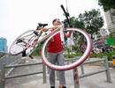 Vất vả vác phương tiện qua rào chắn đường đi bộ, đi xe đạp dài nhất Hà Nội