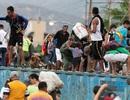 """Hàng nghìn người Venezuela """"xé rào"""", vượt biên sang Colombia"""