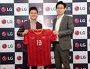 Quang Hải tặng chữ ký và áo số 19 cho Tổng giám đốc LG Việt Nam