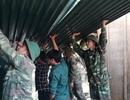 Bộ đội giúp dân khắc phục hậu quả mưa đá, lốc xoáy