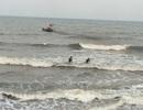 Nhóm học sinh rủ nhau tắm biển, một em bị sóng cuốn mất tích