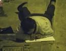 Tấm ảnh cậu bé nhà nghèo không có tiền mua điện bò dưới đèn đường học bài lay động cư dân mạng