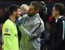 """HLV Barcelona: """"Messi như bị đoàn tầu húc khi lĩnh đòn của Smalling"""""""