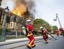 """Lính cứu hỏa dựng """"lá chắn sống"""" bảo vệ cổ vật Nhà thờ Đức Bà Paris"""