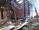 Cụ bà 70 tuổi thoát nạn trong căn nhà gỗ bốc cháy