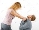 Cô gái đánh chồng vì... không được khen xinh