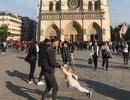 """Tìm ra nhân vật trong bức ảnh gây """"sốt"""" trước Nhà thờ Đức Bà Paris"""
