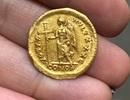 Học sinh cấp 2 bất ngờ nhặt được đồng tiền vàng 1.600 năm tuổi