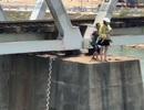 Thót tim cảnh giải cứu người phụ nữ trẻ ôm con định nhảy sông tự tử
