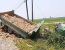 Tàu hỏa tông văng xe tải, tài xế tử vong, tàu trật bánh