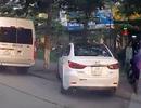 Ngỡ ngàng hình ảnh ô tô chạy trên vỉa hè ở Hà Nội