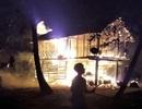 Nhà sàn bị cháy lúc nửa đêm, bé gái 3 tuổi tử vong