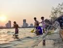 """Nắng nóng đầu mùa, người dân Hà Nội đổ xô đi tắm Hồ Tây """"giải nhiệt"""""""