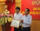 Chủ tịch UBND tỉnh tặng Bằng khen phóng viên báo Dân trí sau nhiều đóng góp hoạt động nhân ái
