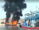 Tàu cá bốc cháy dữ dội khi đang neo đậu gần bờ
