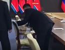 Cận vệ dùng cồn lau ghế của ông Kim Jong-un trước cuộc hội đàm với ông Putin