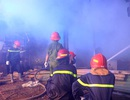 Tiệm dán đề can cháy rụi trong đêm sau tiếng nổ lớn