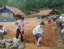 Người dân đóng góp công sức xây trường cho học sinh vùng cao