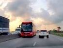Xe khách lao vun vút trên làn đường ngược chiều của quốc lộ 1A
