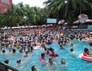 Hàng nghìn người chen chúc tại các khu vui chơi trong ngày nghỉ lễ