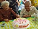 Cụ ông 96 tuổi thổi nến, cắt bánh kem cùng người yêu cũ sau 65 năm xa cách