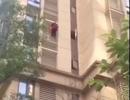 Thót tim cảnh cụ bà 90 liều lĩnh trèo xuống từ tầng 9 tòa nhà
