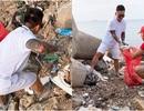 Tuấn Hưng tích cực dọn rác trong chuyến du lịch đảo Lý Sơn