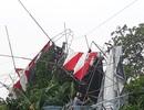 Lốc xoáy cuốn rạp đám cưới treo lên dây điện, cả khu mất điện