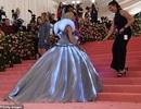 Zendaya mặc váy đổi màu hóa thành Lọ Lem trên thảm đỏ Met gala
