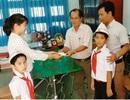 Hai học sinh lớp 3 nhặt được túi vàng liền giao nộp cho nhà trường