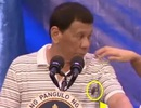 Tổng thống Philippines khi bị gián bò lên người trong lúc phát biểu