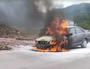 Ô tô đang chạy bất ngờ cháy dữ dội, tài xế bỏ chạy thoát thân