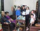 Tặng thẻ BHYT tới con của nữ công nhân vệ sinh tử nạn