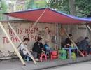 """Liều mình ngồi bán hàng dưới bức tường """"tử thần"""" ở Hà Nội"""