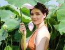 """""""Búp bê lai"""" Việt - Nga diện áo yếm, hóa tiên nữ tạo dáng bên hoa sen"""