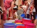 """Cận cảnh người dân Hà Nội """"rồng rắn"""" xếp hàng chờ lấy nước như... thời bao cấp"""