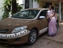 Nắng nóng kỷ lục, người Ấn Độ giải nhiệt cho xe bằng... phân bò
