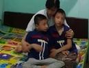 Nghẹn lòng người mẹ trẻ ôm 2 con song sinh bại não trong ngôi nhà trọ