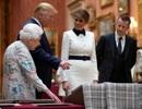"""Đệ nhất phu nhân Mỹ """"cứu nguy"""" cho ông Trump trước mặt Nữ hoàng Anh"""