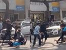 Hàng chục thanh niên mang hung khí truy sát nhóm đi ô tô ở Sài Gòn